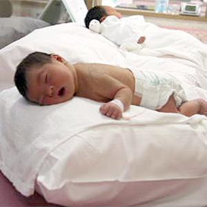 新生児室で体位変換(腹ばい)